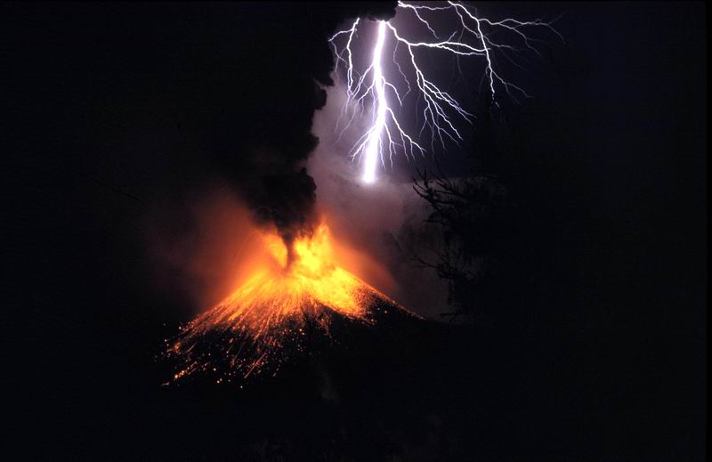 A small eruption of Indonesia's Mount Rinjani (complete with volcanic lightning) is one of thousands of global events each year that can affect travel plans and that e-Travel Alerts reports daily. (Wikimedia)